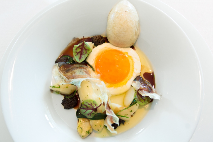Bio [fried egg; eatable bowl; small morels; asparagus]